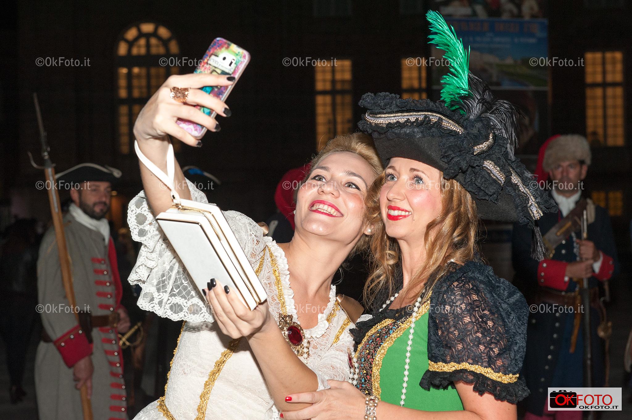un selfie in costume del '700 prima della nuit-royale