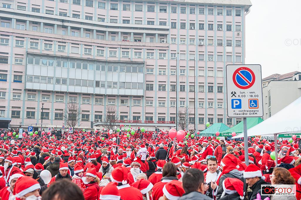 La folla dei partecipanti davanti all'ospedale pediatrico Regina Margherita