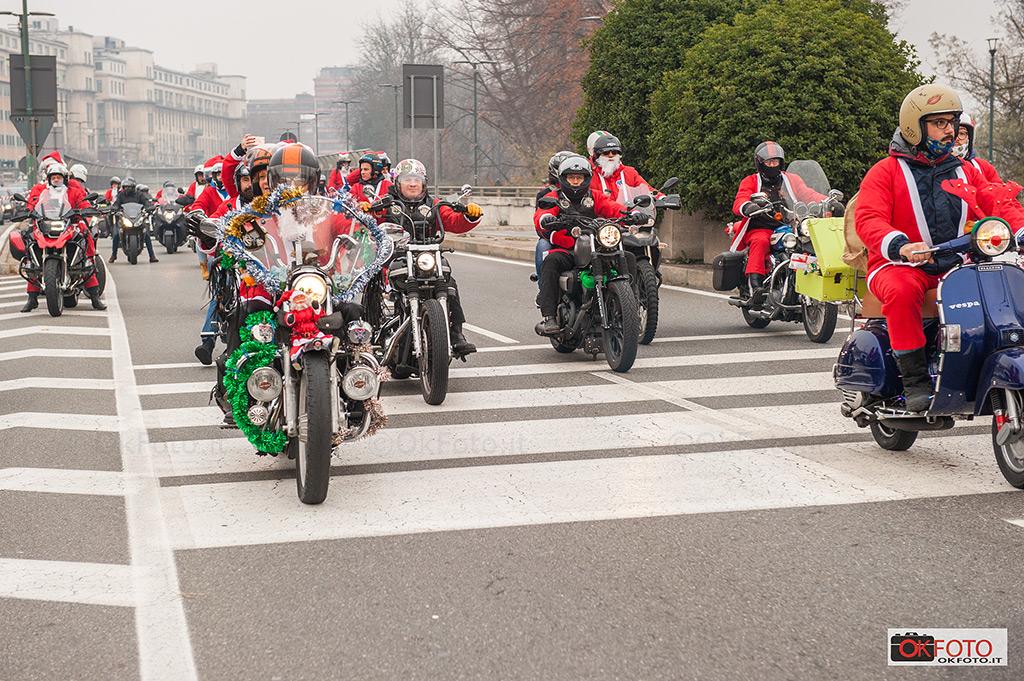 Raduno di motociclisti a Torino per Babbo Natale in Forma