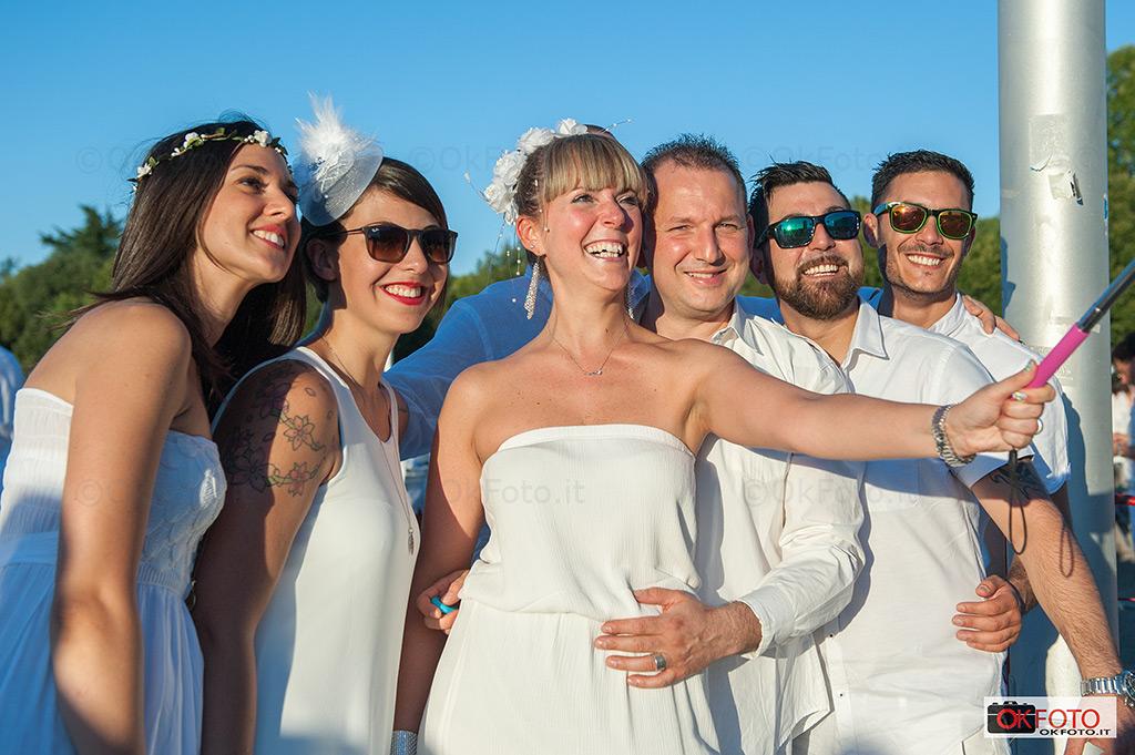 selfie alla cena in bianco