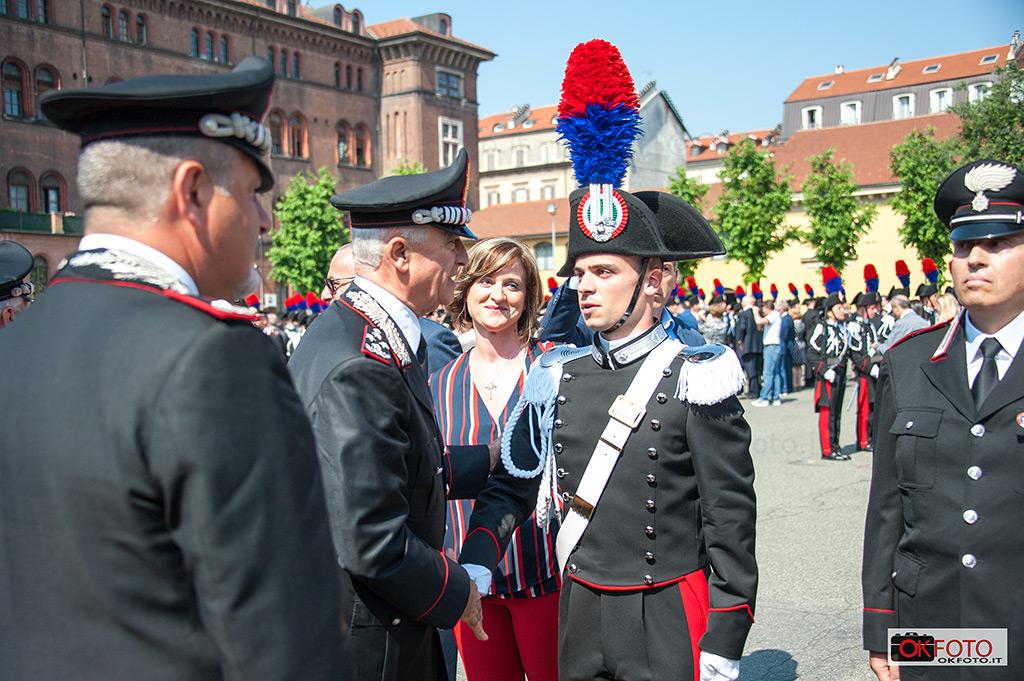 Il gen. Tullio Del sette consegna gli alamari agli allievi carabinieri del 136° corso presso la Caserma Cernaia di Torino