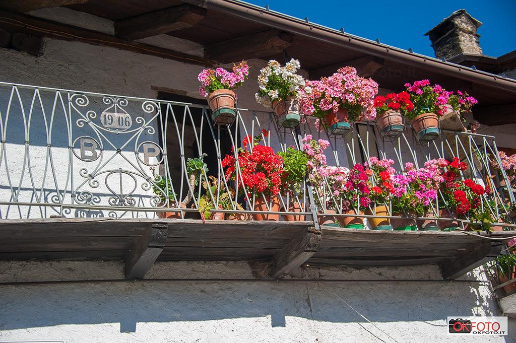 Balboutet il paese del sole con i suoi balconi fioriti