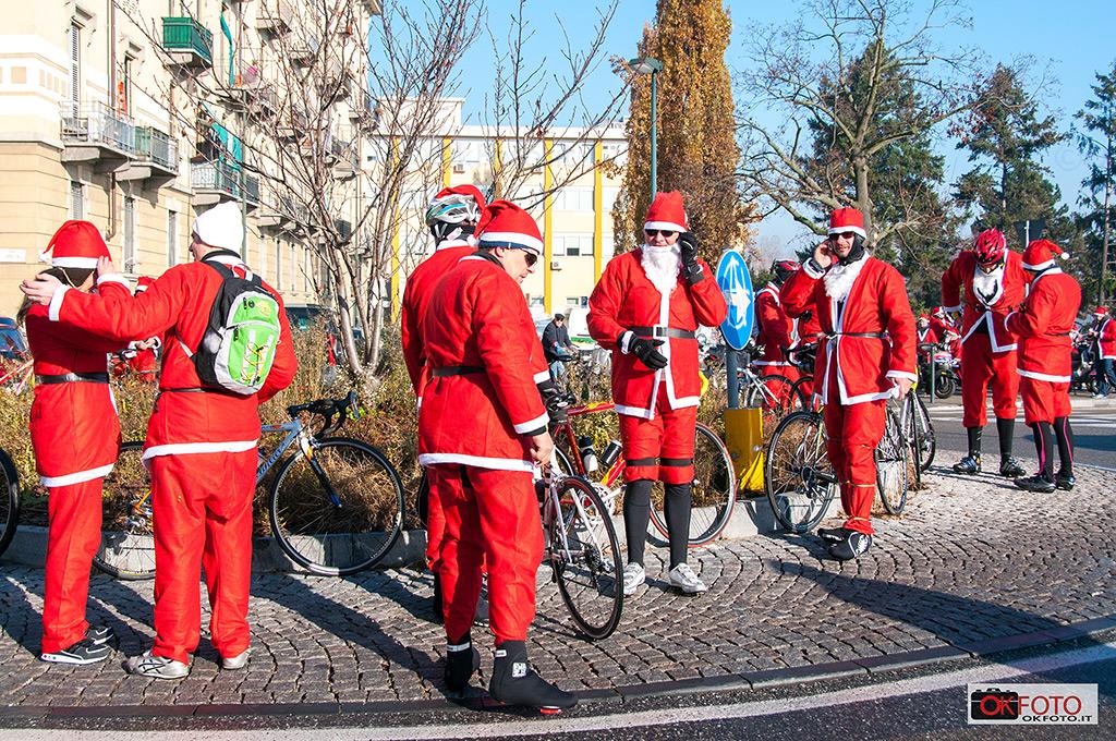 Biciclettata per il raduno di Babbo Natale per la raccolta fondi per il Regina Margherita