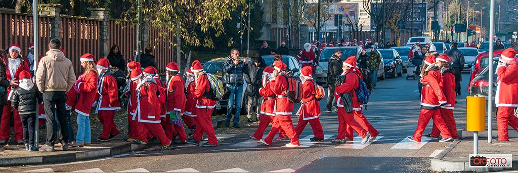 Tutti in fila per il raduno di Babbo Natale in Forma