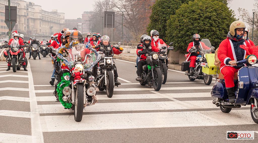 Rduno di motociclisti con l'abito di Babbo Natale verso il Regina Margherita