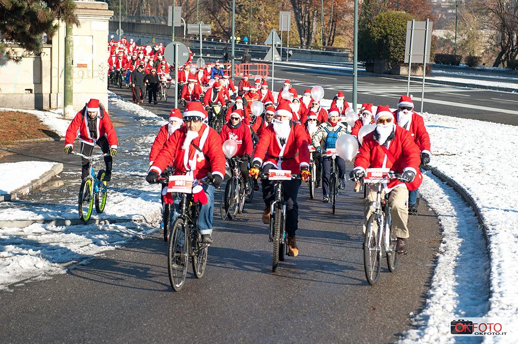 Babbo Natale in bici davanti all'ospedale Regina Margherita