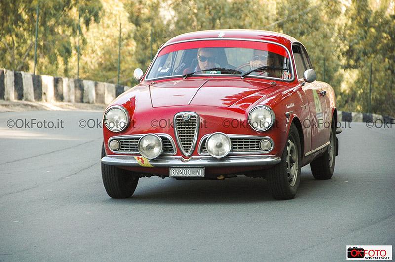 Equipaggio femminile su Alfa Romeo alla Milano-Sanremo per auto classiche