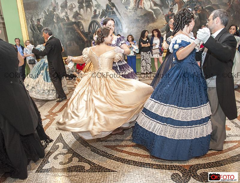 dame e cavalieri con abiti dell'ottocento per il gran ballo del risorgimento
