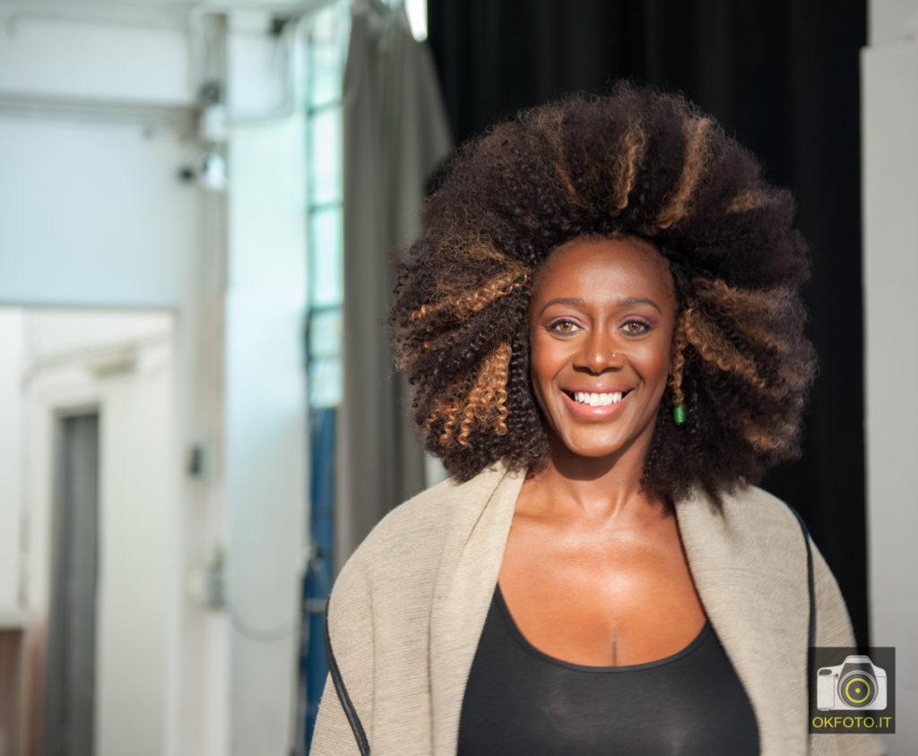 Reneè Sylvie Lubamba durante le riprese del promo
