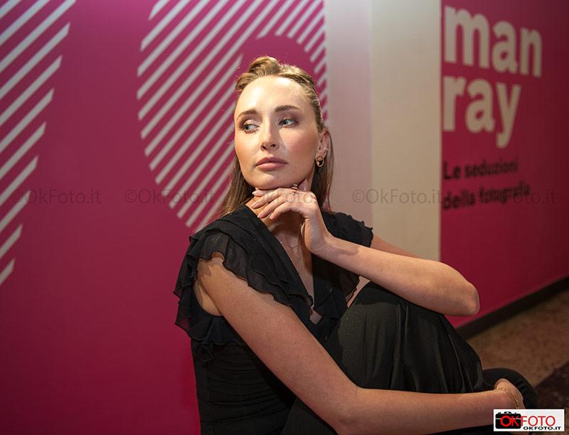 Una modella indossa i gioielli Virano presso Camera a Torino